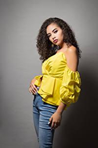 Картинки Кудрявые Сером фоне Поза Джинсов Блузка Взгляд Camila молодые женщины