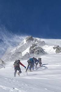 Обои Горы Зима Альпинизм Ветер Снег Альпинист Спорт