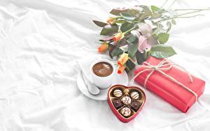 Картинка Натюрморт Розы Кофе Конфеты Шоколад Чашка Подарки Сердечко Еда