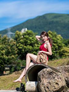 Картинки Азиаты Камень Сидит Ноги Шляпе Платья Красивые Девушки