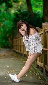 Фото Азиатки Позирует Ног Улыбается Смотрит девушка