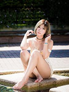 Картинка Азиатки Позирует Сидящие Ног Шатенки Смотрит девушка