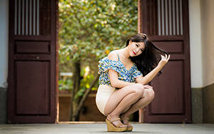 Картинка Азиатки Сидящие Ног Позирует Шатенки Смотрит девушка