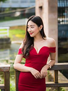 Картинки Азиатки Позирует Платья Рука Вырез на платье Улыбается Шатенки девушка