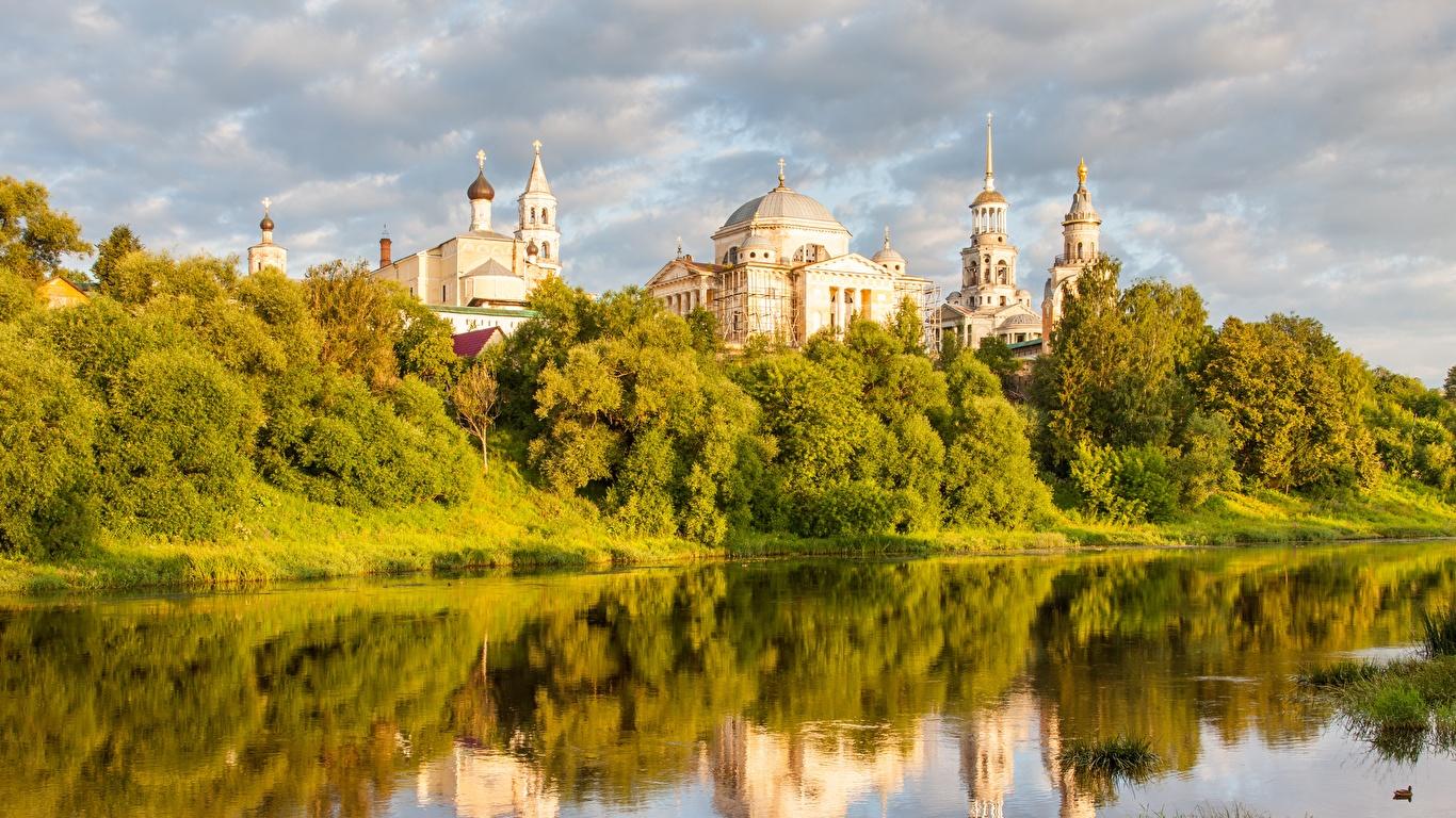 Обои для рабочего стола Церковь Россия Torzhok, Tver region, Tvertsa river речка Города 1366x768 река Реки город