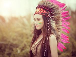 Фотографии Перья Индейский головной убор Индейцы Модель Шатенки Красивая молодая женщина