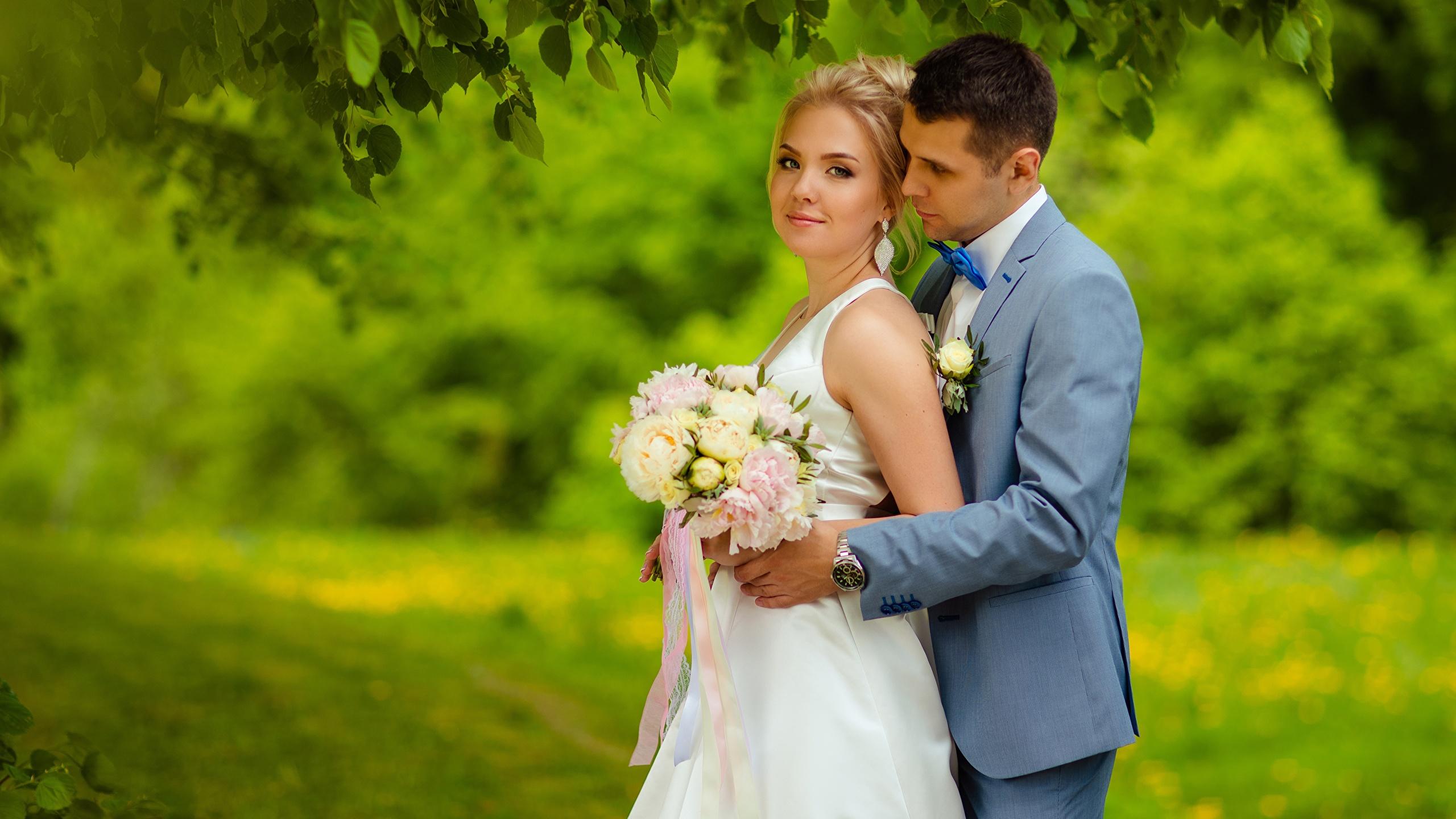 Картинка Жених Невеста Блондинка Мужчины Букеты Двое Девушки 2560x1440 2 вдвоем