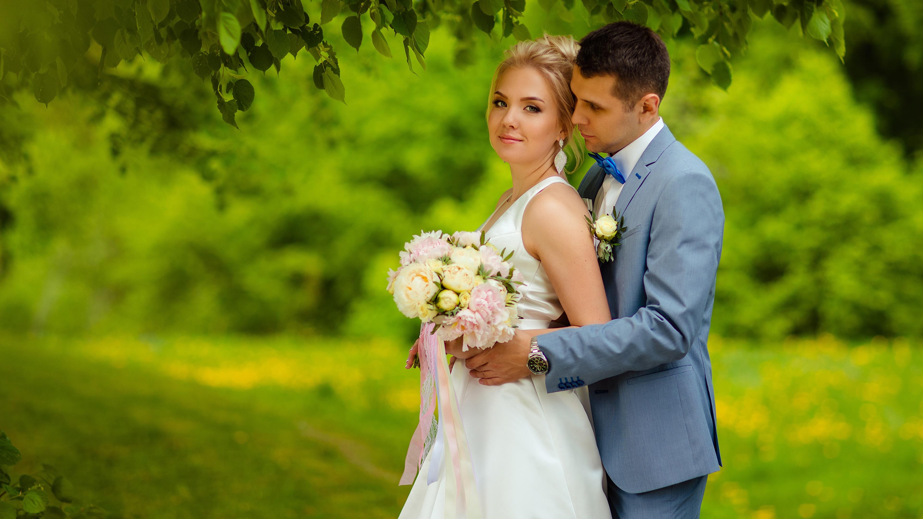 Картинка Жених Невеста Блондинка Мужчины Букеты Двое Девушки 3840x2160 2 вдвоем