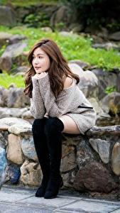 Фото Азиатки Сидящие Сапогов Шатенки девушка