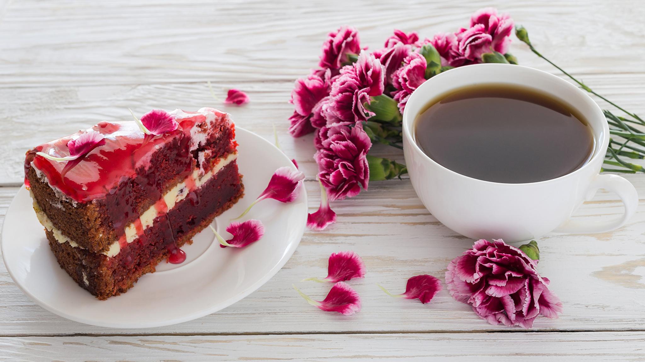 Фотография Кофе Торты Лепестки Кусок Гвоздики Еда Чашка Доски 2048x1152 часть Пища Продукты питания
