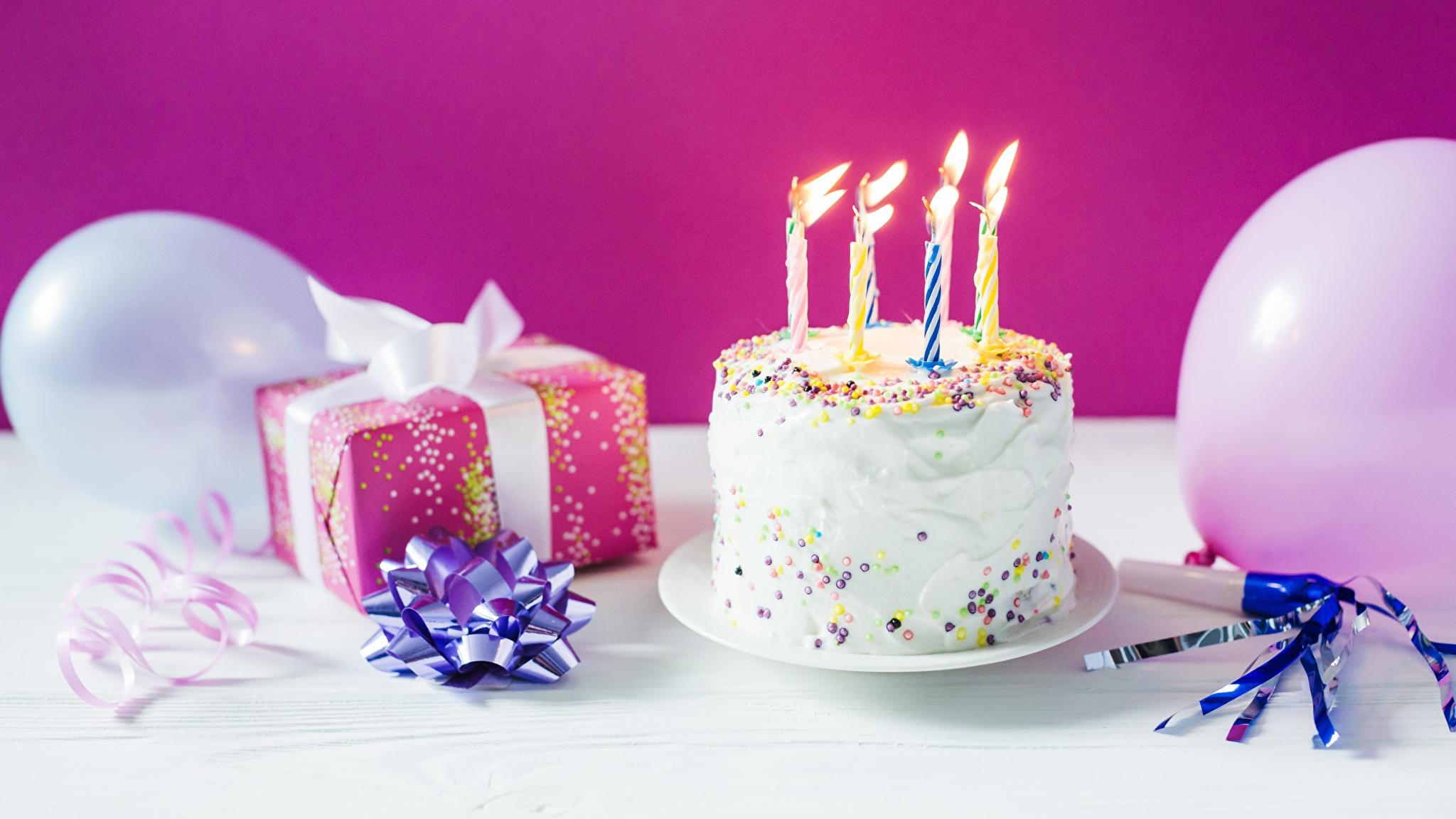 Фотография День рождения Торты Подарки Свечи Продукты питания Праздники 2048x1152 Еда Пища
