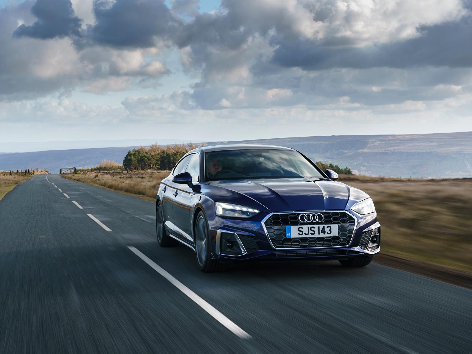 Картинка Ауди A5 Sportback 40 TFSI S line, UK-spec, 2020 синие Дороги Движение Металлик Автомобили 1600x1200 Audi синяя Синий синих едет едущий едущая скорость авто машины машина автомобиль