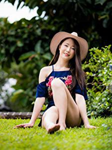Картинка Азиатка Сидя Ног Шляпе Смотрят молодая женщина