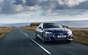 Картинка Ауди Дороги Едет Синий Металлик A5 Sportback 40 TFSI S line, UK-spec, 2020 авто