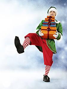 Фотографии Рождество Эльфы Мужчины Униформа Подарки Ноги