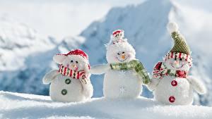 Картинка Снег Снеговики Втроем Шапки Шарф Улыбка