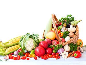 Фотографии Овощи Помидоры Кукуруза Грибы Яблоки Белый фон Корзины Пища