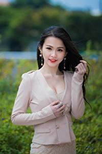 Картинка Азиаты Размытый фон Поза Руки Брюнетки молодая женщина