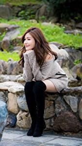 Фотография Азиаты Камни Сидит Сапоги Ноги Улыбка Шатенки молодая женщина