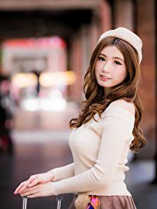 Картинка Азиаты Шатенки Берет Смотрят Размытый фон Красивая молодые женщины