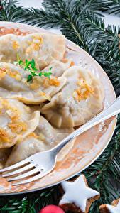 Фото Новый год Вареники Ветки Тарелке Вилка столовая Продукты питания