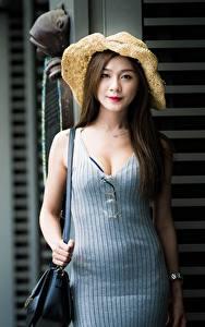 Фото Азиаты Сумка Боке Шатенки Смотрит Платье Рука девушка