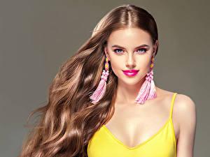 Картинки Серый фон Шатенка Волосы Серьги Смотрит Красивые Девушки