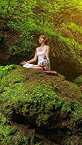 Картинки Камни Скале Мох Шатенки Йога Сидящие Природа Девушки