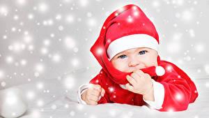 Фото Новый год Младенца Шапки Смотрят Снежинки