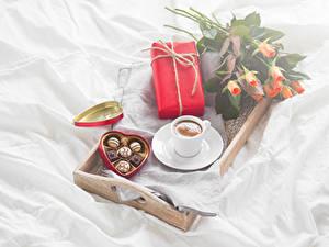 Фото Праздники Конфеты Шоколад Розы Кофе Чашке Подарок Серце Продукты питания Цветы