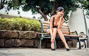 Картинки Азиаты Сидит Скамейка Ног Платье Декольте Смотрит молодые женщины