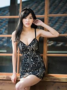 Фото Азиатка Позирует Руки Платье Декольте Брюнеток Взгляд молодые женщины