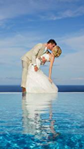 Обои для рабочего стола Река Свадебные Жених Невесты Обнимает Поцелуи Платья Блондинок Девушки