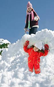 Картинка Зимние Снег Девочки 2 Улыбка Шапки Перчатки Ребёнок