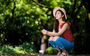 Фото Азиаты Поза Шляпе Джинсы Боке Сидящие молодые женщины