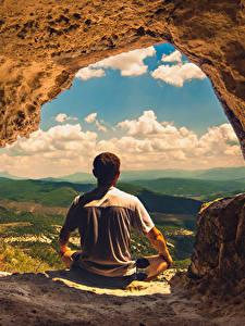 Картинка Мужчины Пещера Сзади Сидящие Природа