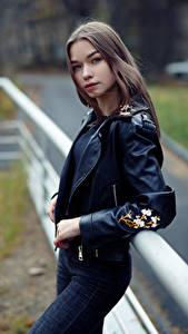 Фото Поза Джинсы Куртка Взгляд Размытый фон Polina, Evgeniy Bulatov молодая женщина
