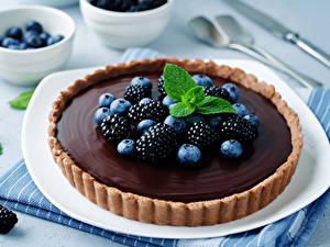 Картинка Сладкая еда Выпечка Пирог Шоколад Ежевика Черника Пища