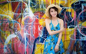 Обои для рабочего стола Азиаты Граффити Стенка Платья Рука Шляпы девушка