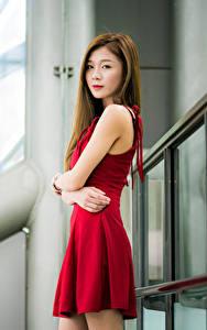 Обои Азиаты Платья Руки Смотрит молодая женщина