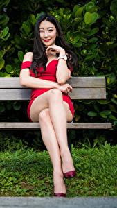 Фотография Азиаты Скамья Сидит Платье Улыбка Ног Смотрят Девушки