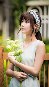 Фото Азиаты Букет Размытый фон Платья Шатенки Взгляд девушка