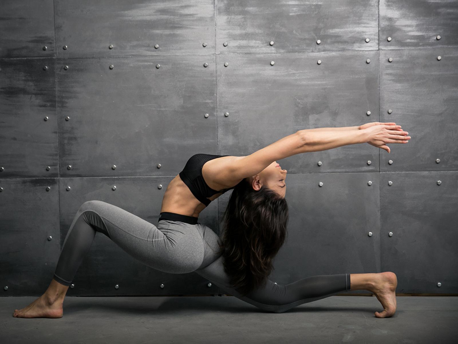 Картинки Шатенка Физические упражнения Фитнес Спорт Девушки Гимнастика Руки 1600x1200 Тренировка