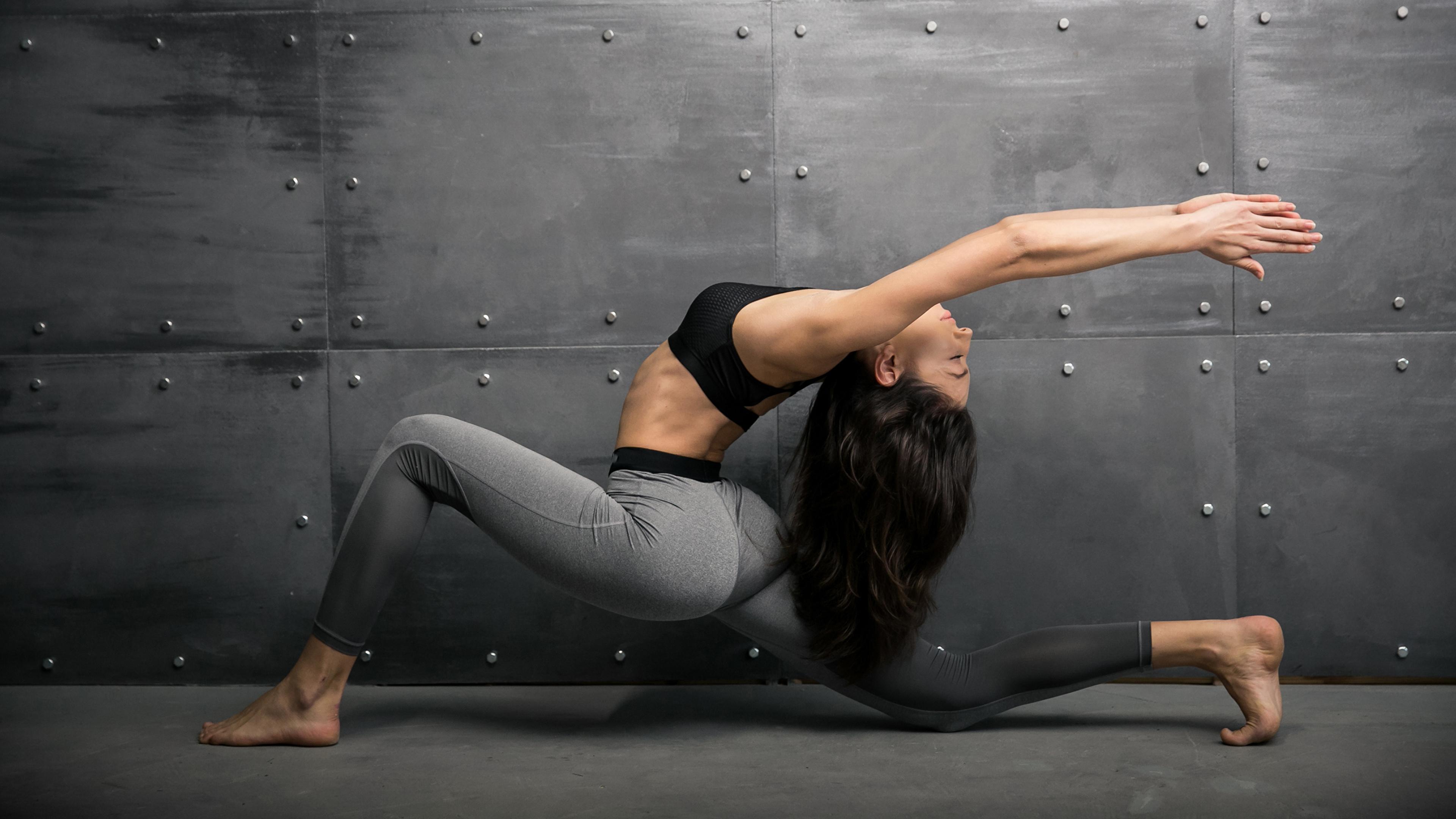 Картинки Шатенка Физические упражнения Фитнес Спорт Девушки Гимнастика Руки 3840x2160 Тренировка