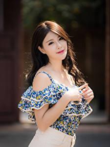 Фотография Азиатки Размытый фон Поза Рука Волосы Шатенки Смотрит молодые женщины