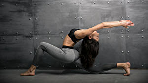 Картинки Фитнес Гимнастика Шатенка Физические упражнения Руки Спорт