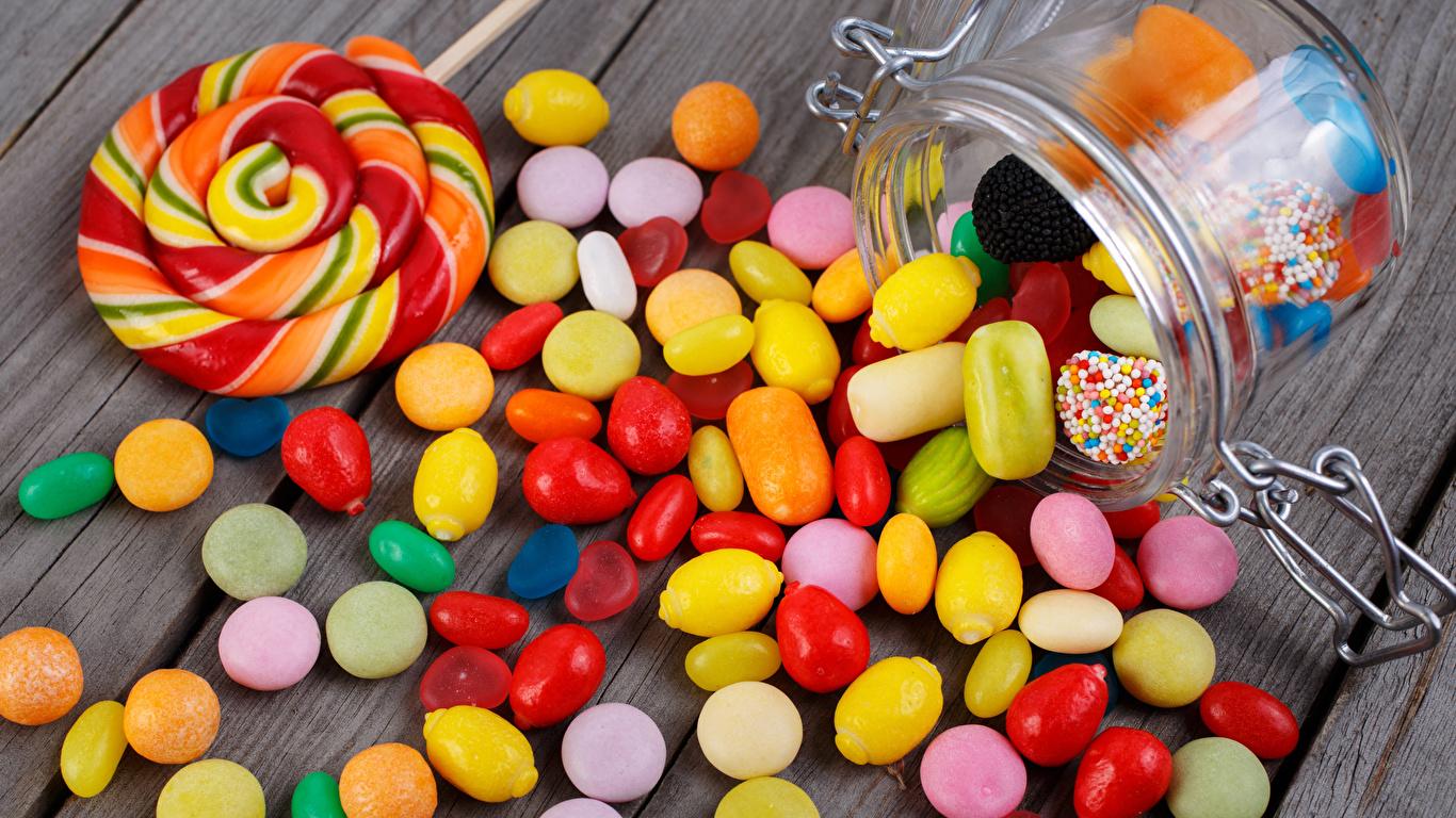 Картинка Еда Леденцы Конфеты Доски банки Сладости Драже 1366x768 Пища Продукты питания Банка банке сладкая еда