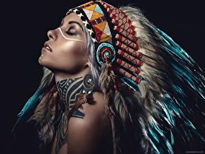 Картинка Индейский головной убор Черный фон Красивые Индейца молодые женщины