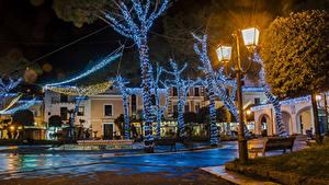 Фото Новый год Италия Дома Уличные фонари Электрическая гирлянда Деревья Ночью Casamicciola Города