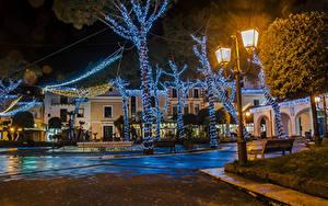 Фото Рождество Италия Здания Уличные фонари Электрическая гирлянда Деревья Ночные Casamicciola Города